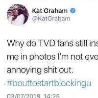 "Kat Graham, de ""The Vampire Diaries"", decepciona fãs com grosseria no Twitter: ""Merda irritante"""