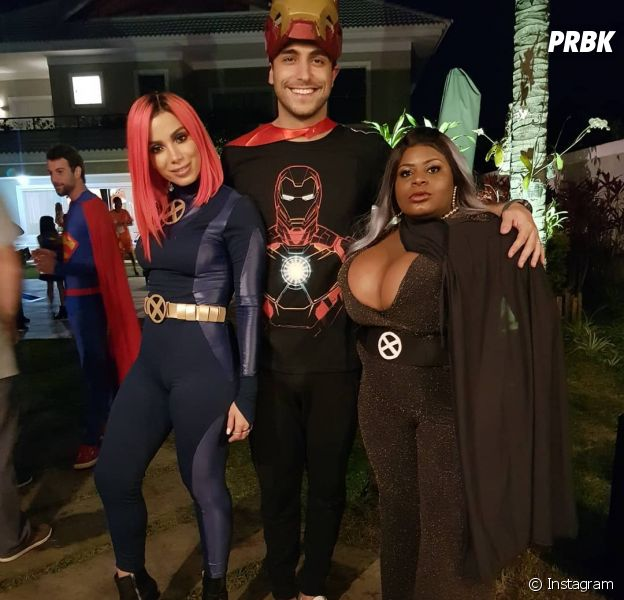 Anitta posa ao lado do marido, Thiago Magalhães, e a amiga Jojo Todynho