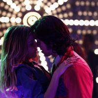 """Na novela """"Boogie Oogie"""": Inês e Beto dançam juntos e trocam beijos apaixonados"""