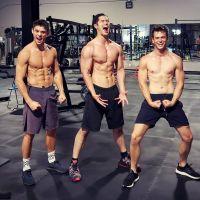 """De """"13 Reasons Why"""": Brandon Flynn e Ross Butler postam foto sem camisa e deixam fãs sedentos!"""