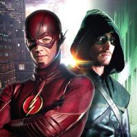 "Stephen Amell diz que ama os crossovers entre ""Arrow"" e ""The Flash"" por causa de Grant Gustin!"