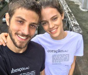 Laura Neiva diz que não vai apagar suas fotos com Chay Suede do Instagram