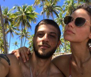 Laura Neiva diz que ela e Chay Suede ainda se amam