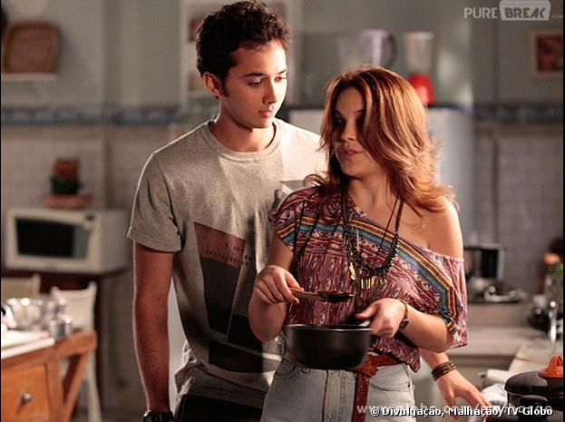 Ben (Gabriel Falcão) ajuda Anita (Bianca Salgueiro) na cozinha tentando conquistar a menina, no capítulo que vai ao ar hoje (24), na Globo.