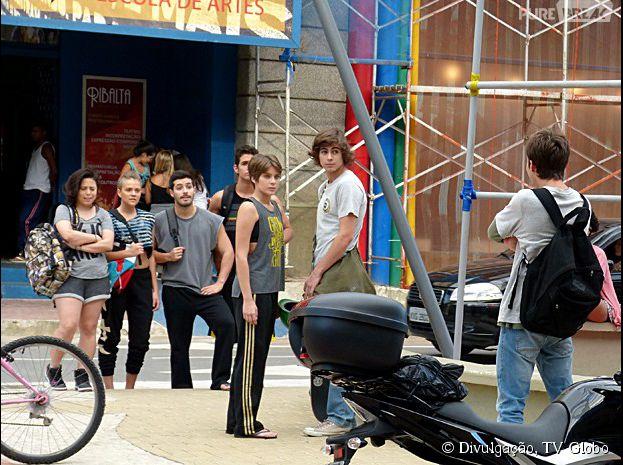 """Em """"Malhação"""", Pedro (Rafael Vitti) e Karina (Isabella Santoni) namoram e escutam provocações"""