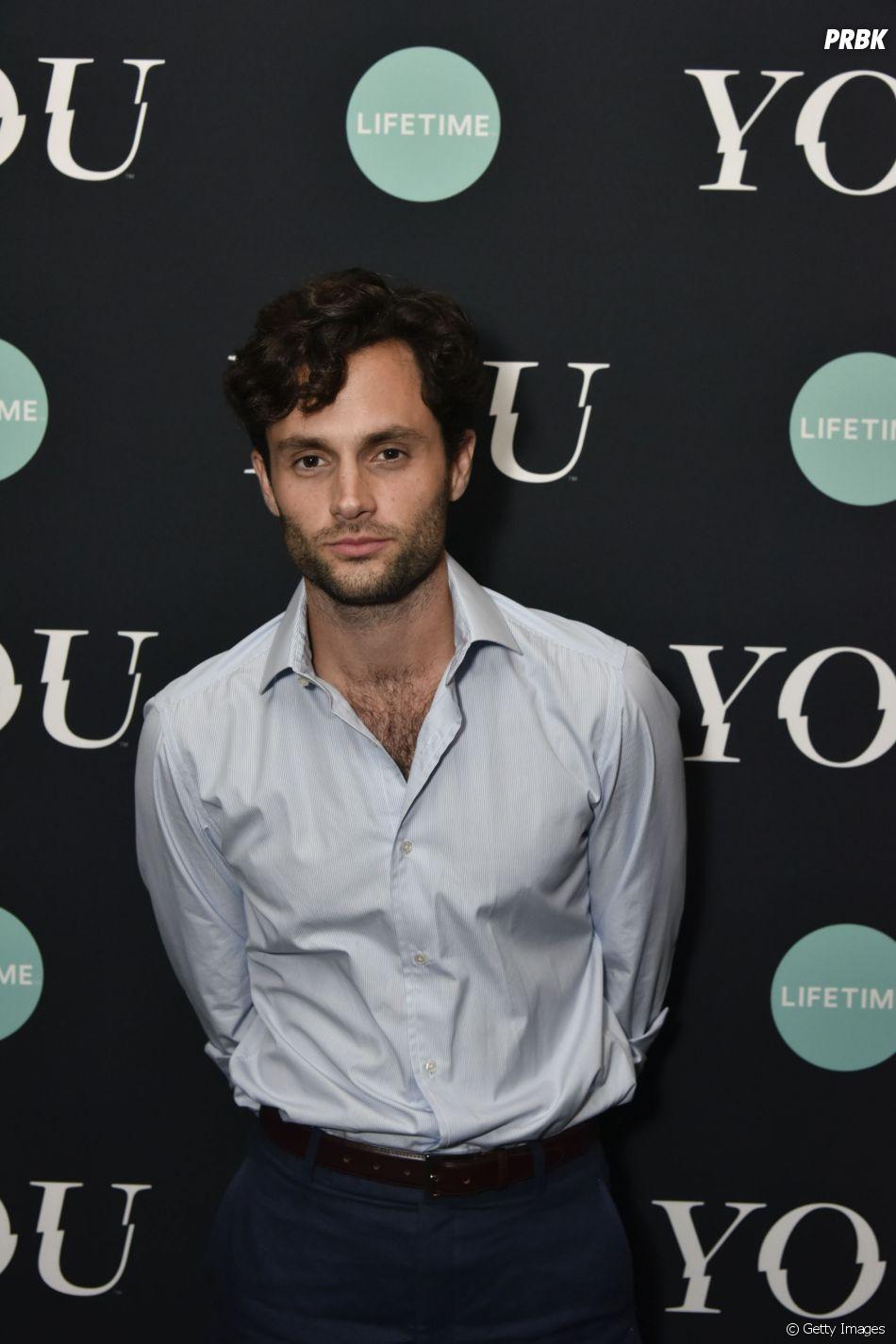 """Penn Badgley, de """"Gossip Girl"""", é Joe, um gerente de uma livraria obcecado por Beck (Elizabeth Lail) na série """"Você"""""""