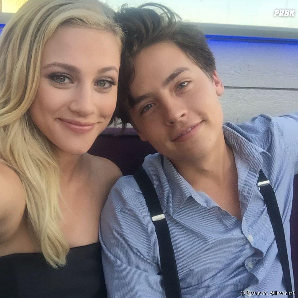 """Shannon Purser recebe ofensas após cena de beijo com Cole Sprouse em """"Riverdale"""" e Lili Reinhart sai em defesa da atriz"""