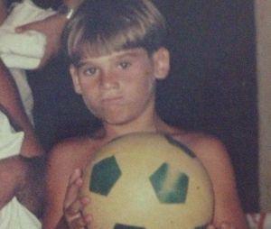 Nicolas Prattes jogando futebol? Se ele não fosse ator, queria seguir a carreira de jogador