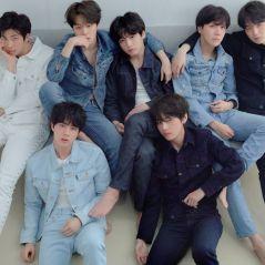 Integrante do BTS usa camiseta considerada ofensiva e emissora de TV cancela apresentação do grupo