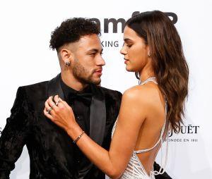 Após fim do namoro com Bruna Marquezine, Neymar Jr. aparece em foto com duas amigas e afasta rumores de possível affair