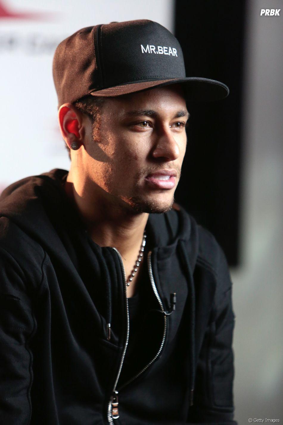 Neymar Jr. posta foto com duas amigas e afasta rumores sobre namoro