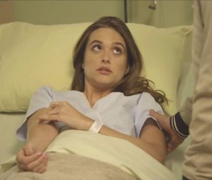 """Em """"O Tempo Não Para"""": Marocas (Juliana Paiva) fica na mira de mais um assassino na novela"""
