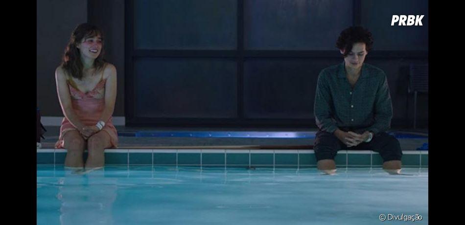 """Em """"A Cinco Passos de Você"""", Stella (Haley Lu Richardson) segue as regras bem à risca, enquanto Will (Cole Sprouse) é mais """"tranquilão"""" e gosta de aproveitar o máximo que pode"""