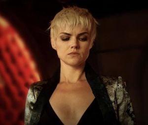 "Em ""Gotham"":Barbara (Erin Richards) brinda à morte de Jeremiah (Cameron Monaghan)"