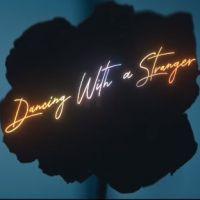 """Sam Smith e Normani estão muito dançantes no videoclipe de """"Dancing With A Stranger"""". Vem ver"""