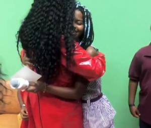 IZArecebeu crianças em seu camarim num show de Ribeirão Preto