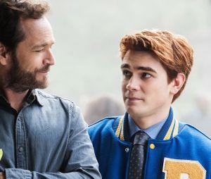 """Última cena de Luke Perry como Fred em """"Riverdale"""" foi dando um conselho para Archie (KJ Apa)"""