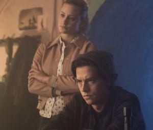 """""""Riverdale"""": Betty (Lili Reinhart) e Jughead (Cole Sprouse) descobrem que Jason pode estar vivo!"""