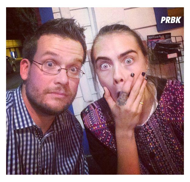 John Green posta foto ao lado de Cara Delevingne