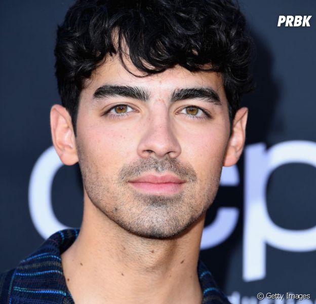 """Joe Jonas canta """"Sucker"""" e """"Lovebug"""" com fãs na França. Veja o vídeo"""
