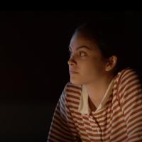 """Camila Mendes precisa tomar decisões de """"vida ou morte"""" no trailer arrepiante de """"Coyote Lake"""""""