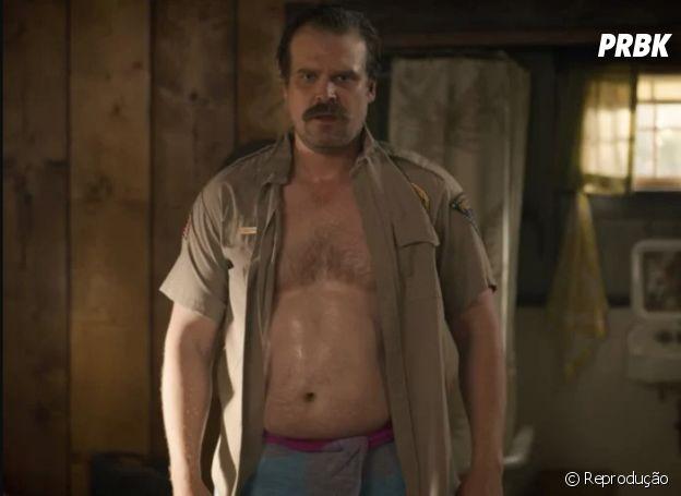 """O David Harbour, o xerife Hopper, está muito gato na 3ª temporada de """"Stranger Things"""""""