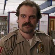"""A internet descobriu que o Hopper de """"Stranger Things"""" é sexy e está desconstruindo a ideia de galã"""