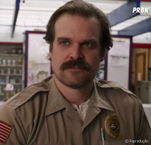 """""""Stranger Things"""", 3ª temporada: a internet está achando o xerife Hopper muito gato e nós do Puebreak também"""