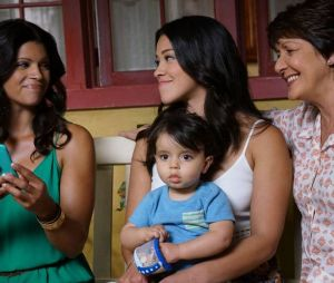 "A telenovela ""Jane the Virgin"" acompanha a vida de três mulheres: Jane (Gina Rodriguez), Xiomara (Andrea Navedo) e Alba (Ivonne Coll)"