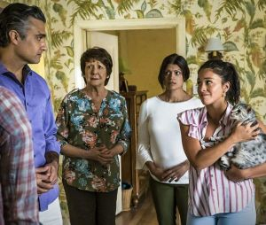 "A família Villanueva, de ""Jane the Virgin"", composta porJane (Gina Rodriguez), Xiomara (Andrea Navedo), Alba (Ivonne Coll) e Rogelio (Jaime Camil) ensinou muita coisa aos fãs"