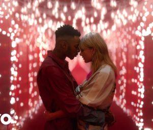 """Bem romântica, Taylor Swift lançou o clipe de """"Lover"""" na última quinta-feira (22)"""