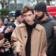 Troye Sivan foi surpreendido pela revista OUT com pergunta pessoal e críticas