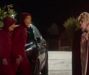 """Personagens vestidos de """"La Casa de Papel"""" surgiram em vários momentos em """"Elite"""""""