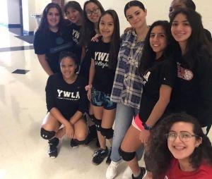 Selena Gomez visita antiga escola no Texas e faz gravações misteriosas