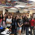 Selena Gomez visita antiga escola, no Texas, com equipe de filmagem
