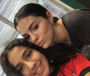 Selena Gomez tira fotos com alunos da sua antiga escola, no Texas