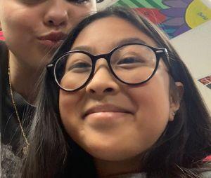 Selena Gomez visita sua antiga escola e tira fotos com fãs