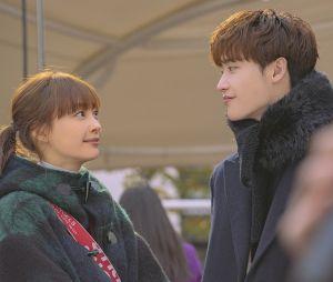 """""""Romance is a Bonus Book"""" conta a história dos encontros e desencontros de Kang Dan-i (Lee Na-young) e Cha Eun-Ho (Lee Jong-suk)"""