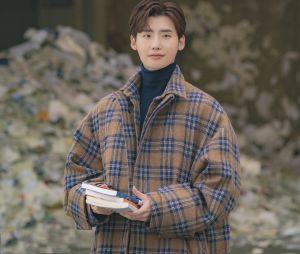 """Eun-Ho(Lee Jong-suk) é o protagonista """"Romance is a Bonus Book"""", que é um escritor famoso e editor chefe de uma editora de livros"""