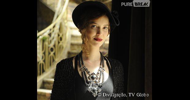 Nathalia Dill dá vida à vilã Silvia, que se aproxima da família Hauser buscando vingar a morte de seu pai, após ele ser preso injustamente no passado por causa de Ernest.