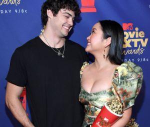 "Noah Centineo e Lana Condor vão ler cenas de ""Para Todos Os Garotos"" juntos nesta terça (30)"