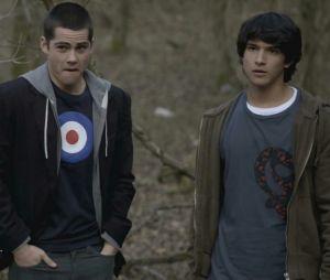 """""""Teen Wolf"""": Stiles (Dylan O'Brien) e Scott (Tyler Posey) se meteram no meio de uma floresta procurando um corpo na primeira temporada"""