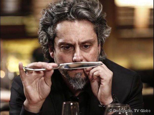 """Em """"Império"""", José Alfredo (Alexandre Nero) olha pensativo para uma faca"""