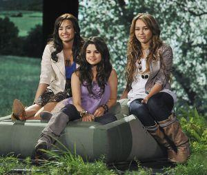 Selena Gomez e Demi Lovato eram grandes estrelas da Disney nos anos 2000, ao lado de Miley Cyrus