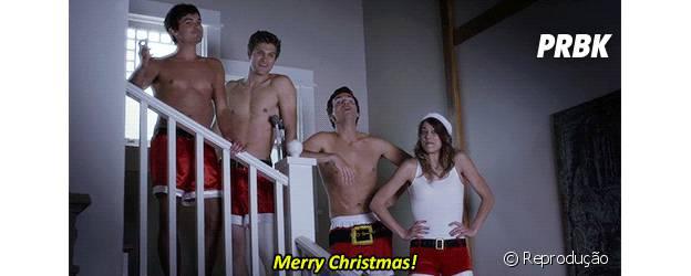 """Gatos de """"Pretty Little Liars"""" tiram a camisa em clima natalino"""