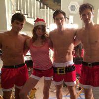 """Da série """"Pretty Little Liars"""", gatos posam sem camisa em clima de Natal"""