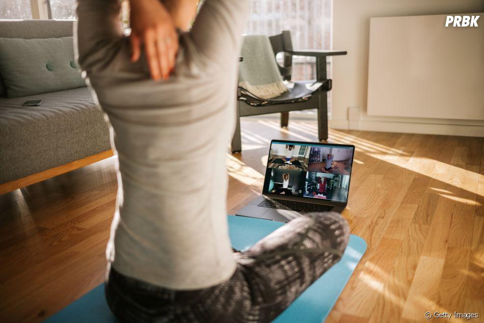 Muitas pessoas passaram a praticar yoga com instrutores online durante a pandemia