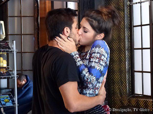 """Em """"Malhação"""", Jade (Anaju Dorigon) beija Cobra (Felipe Simas)"""