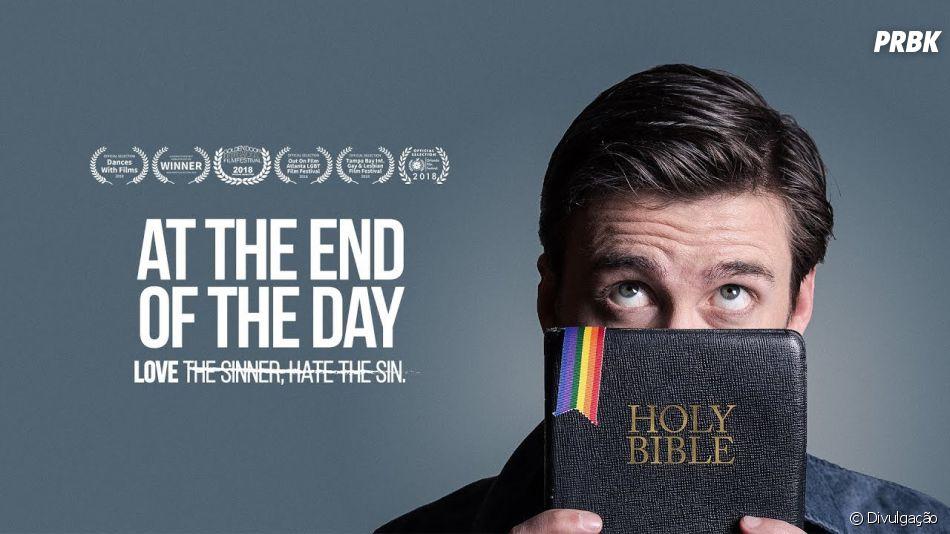 """Em """"At The End Of The Day"""",um professor cristão e bem conservador que decide se infiltrar em um grupo de apoio gay a fim de acabar com um abrigo para jovens sem-teto LGBT"""