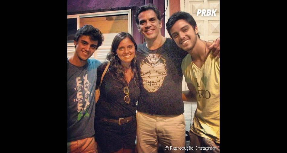 Na foto, Rodrigo Simas posa com o pai, Beto Simas; a mãe, Ana Sang; e o irmão caçula, Felipe Simas